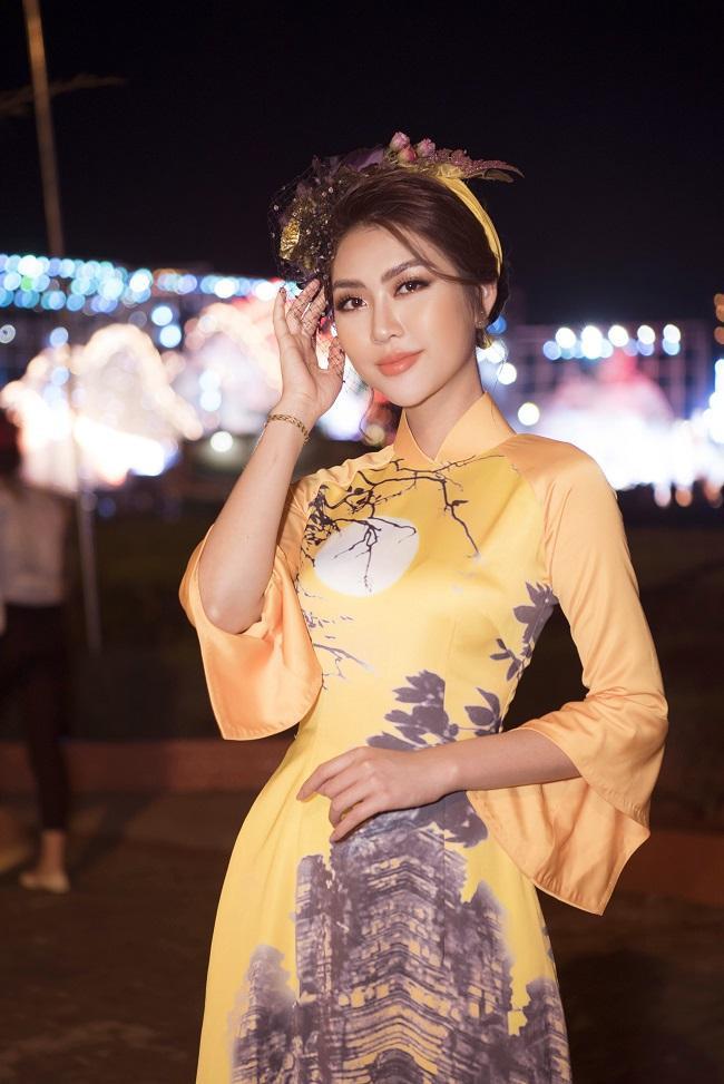 Người đẹp đảm nhận vị trí vedette trong buổi trình diễn áo dài của một nhà thiết kế, xuất hiện vô cùng nổi bật và xinh đẹp với tông makeup vô cùng hài hòa với trang phục