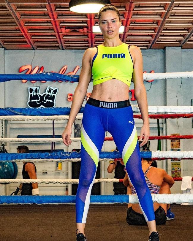 Cựu siêu mẫu 38 tuổi Adriana Lima không kém cạnh cô bạn đồng hương Alessandra Ambrosio khi vẫn còn giữ vóc dáng nóng bỏng, đẫy đà trong các bộ môn boxing