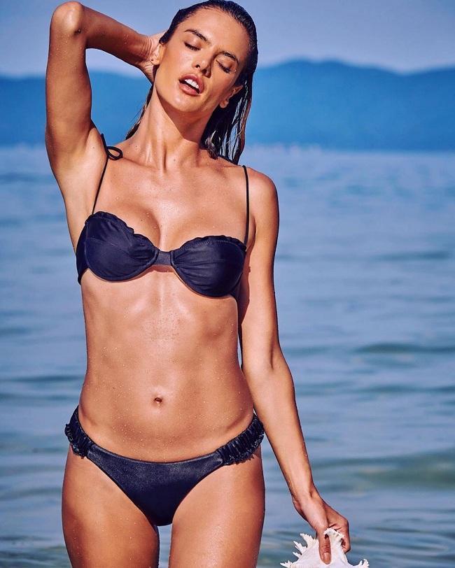 Bà mẹ hai con Alessandra Ambrosio rất chuộng các mẫu bikini hút mắt và thường xuyên update trên trang cá nhân của mình để khoe vóc dáng săn chắc