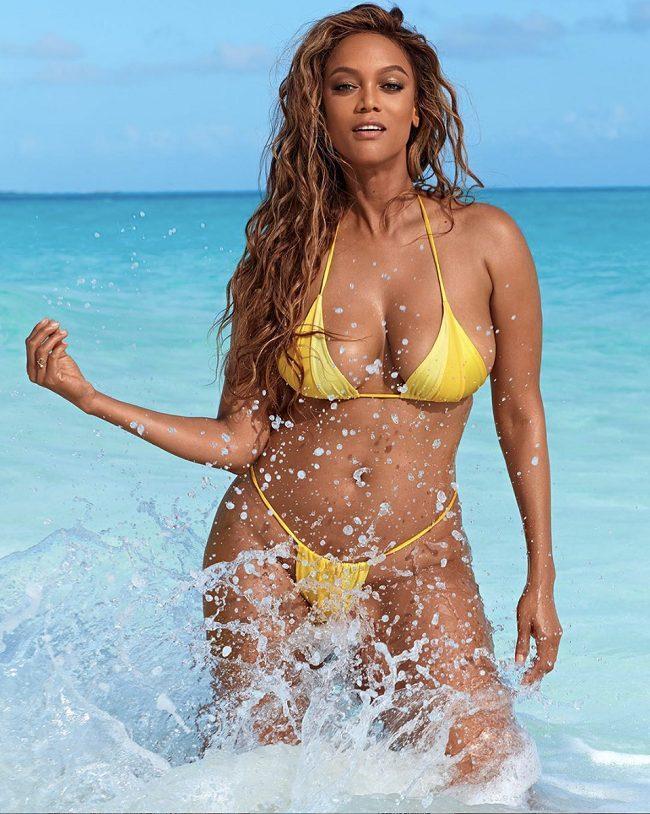 Người đẹp 45 tuổi được chọn làm gương mặt ảnh bìa trên ấn phẩm áo tắm đặc biệt của tạp chí Sports Illustrated. Tyra để lộ thân hình nóng bỏng ở tuổi 45 trong bộ bikini màu vàng