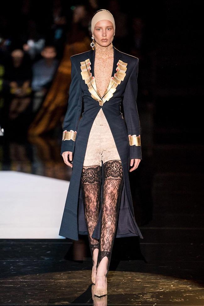 Các thiết kế của nhà Schiaparelli khai thác thiết kế độc đáo, giúp phái đẹp dễ dàng khoe vóc dáng của mình