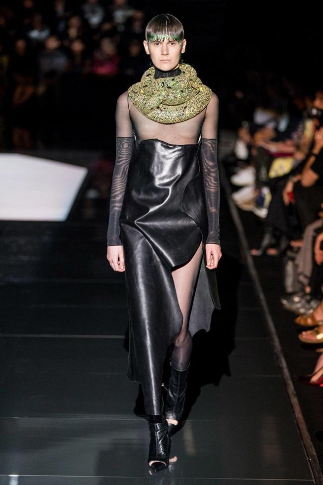 Mẫu nam trong thiết kế xuyên thấu để lộ ngực trần cùng chiếc khăn quấn quanh cổ lấp lánh