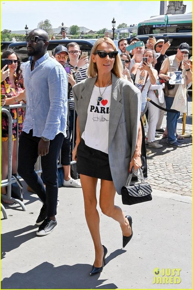 Celine Dion khoác trên mình áo thun I love Paris Hilton mix cùng chân váy đen cùng áo blazer oversized
