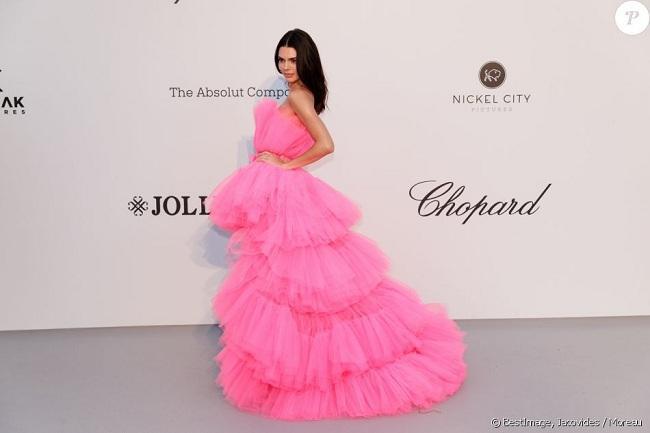 Kiểu váy này còn có điểm nổi bật là có thể gắn thêm phần chân váy dài để linh hoạt hơn trong cách mix & match đồ , đó là lí do tại sao Kendall Jenner đã hút hết mọi ánh nhìn và truyền thông trong bộ váy này tại LHP Cannes 2019