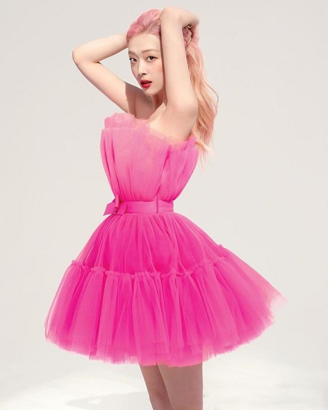 Sulli khoe vẻ đẹp tựa như nàng tiên kiêu sa trong bộ váy hồng vải tuyn xếp tầng bung xòe của H&M x Giambattista Valli