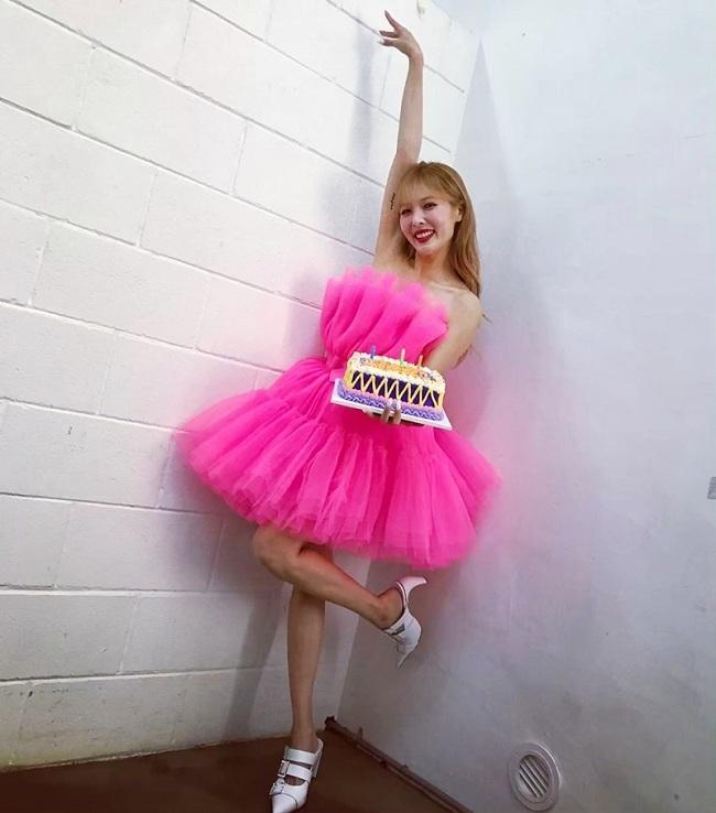 Nàng ca sĩ HuynA trước đó cũng từng mặc kiểu váy hồng chóe này trên người trong buổi sinh nhật của mình nhưng dường như thần thái của cô lại không đẹp bằng Sulli F (x)