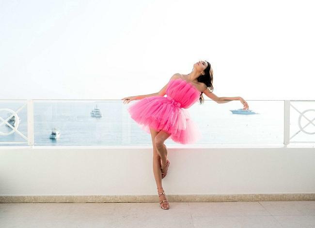 Kendall Jenner khoe vẻ đẹp ngọt ngào với bộ đầm màu hồng nổi bật.