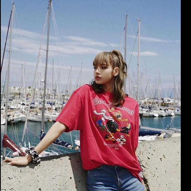 Chẳng cần trau chuốt và chỉn chu như trên sân khấu, Lisa ngoài đời sống đúng với phong cách thời trang đơn giản nhưng cực chất của mình.