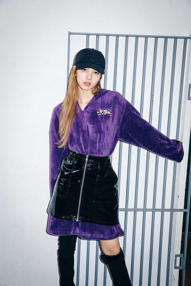 Một chút nổi loạn trong style kiểu váy đầm hoodie màu tím lịm mix cùng váy da mặc bên ngoài