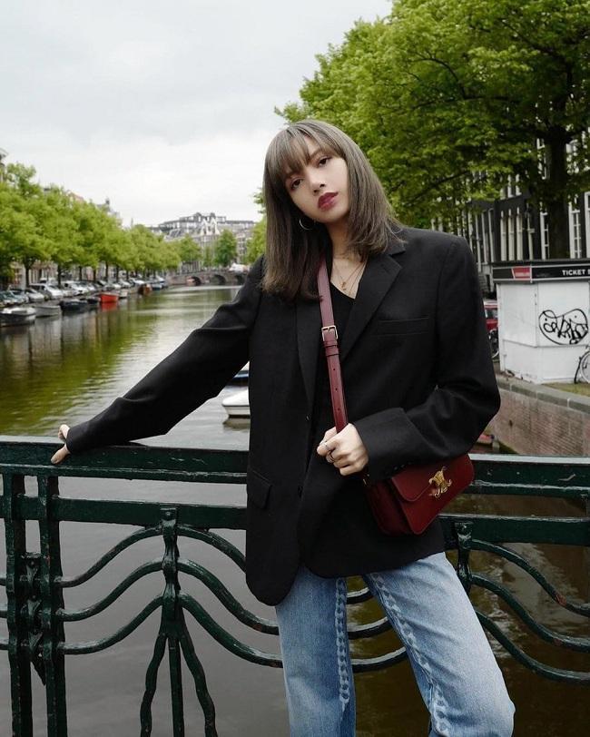 Ghi điểm tuyệt đối trong chiếc áo blazer đen oversized vừa kín đáo lại cuốn hút khi cô dạo phố tại thành phố Amsterdam ở Hà Lan