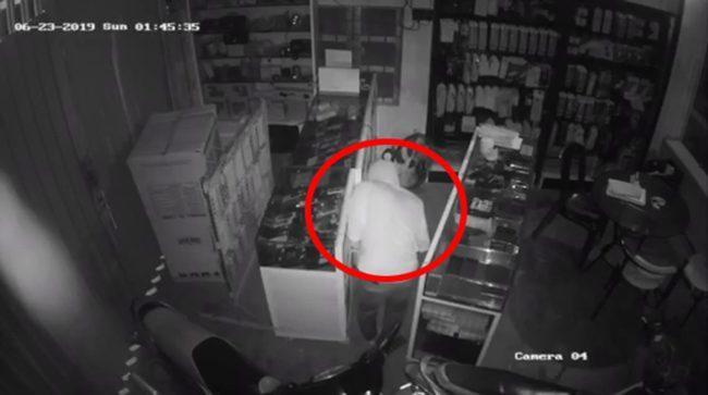 Camera ghi lại cảnh sĩ tử đang lấy trộm điện thoại.