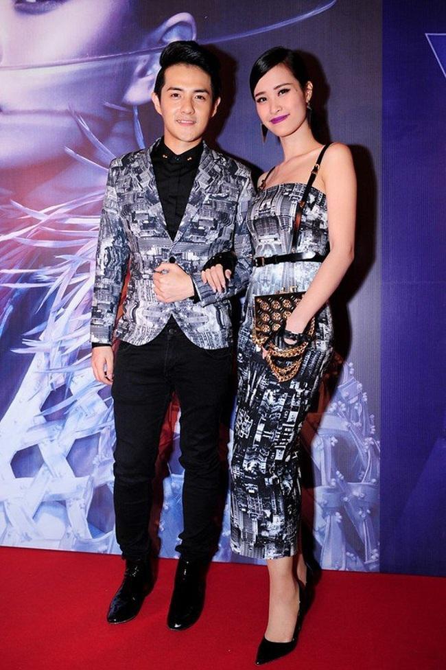 Chiếc váy ôm body hai dây của Đông Nhi và chiếc áo vest của Ông Cao Thắng có cùng chung hoạt tiết bắt mắt và độc đáo tại một sự kiện