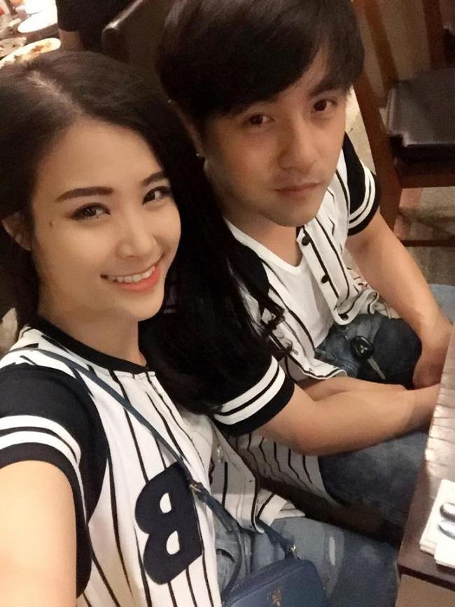 Còn gì ngọt ngào bằng khi vào ngày kỷ niệm 7 năm yêu nhau, Đông Nhi – Ông Cao Thắng diện áo style thể thao sọc đen trắng trẻ trung, năng động