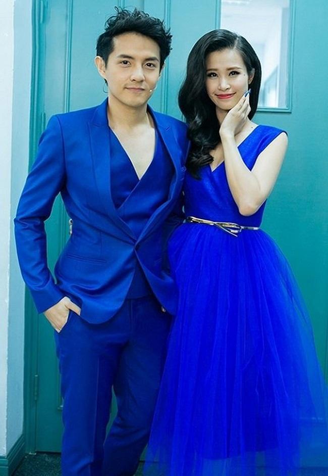 Đồng điệu trong trang phục gam màu xanh dương đậm khi làm BGK cho một cuộc thi âm nhạc