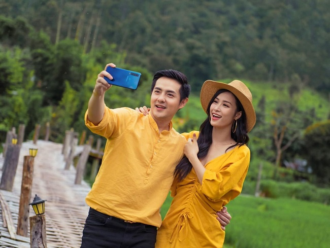 """Ngay cả quay quảng cáo thôi mà cả Đông Nhi và Ông Cao Thắng cũng chọn cho mình trang phục giống nhau vô cùng """"tình tứ""""."""