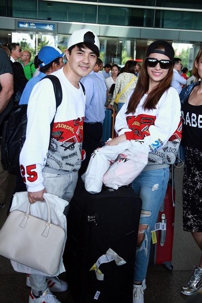 Thời trang sân bay vô cùng ăn ý với áo thun tay dài mix cùng quần jeans và mũ lưỡi trai
