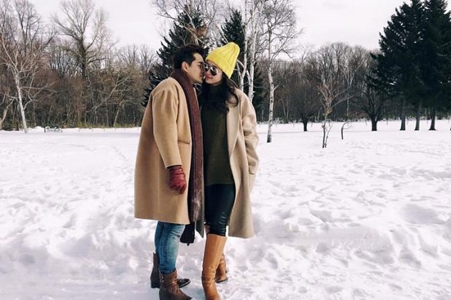 """Lãng mạn khiến fan """"phát hờn"""" khi cả hai diện áo măng tô màu nâu y chang nhau giữa khung cảnh tuyết như một bộ phim tình cảm đích thực"""