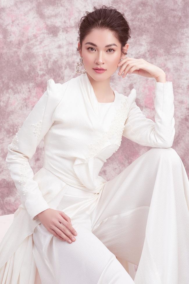 Tóc búi cao cùng trang phục sắc trắng sát tôn trọn vóc dáng