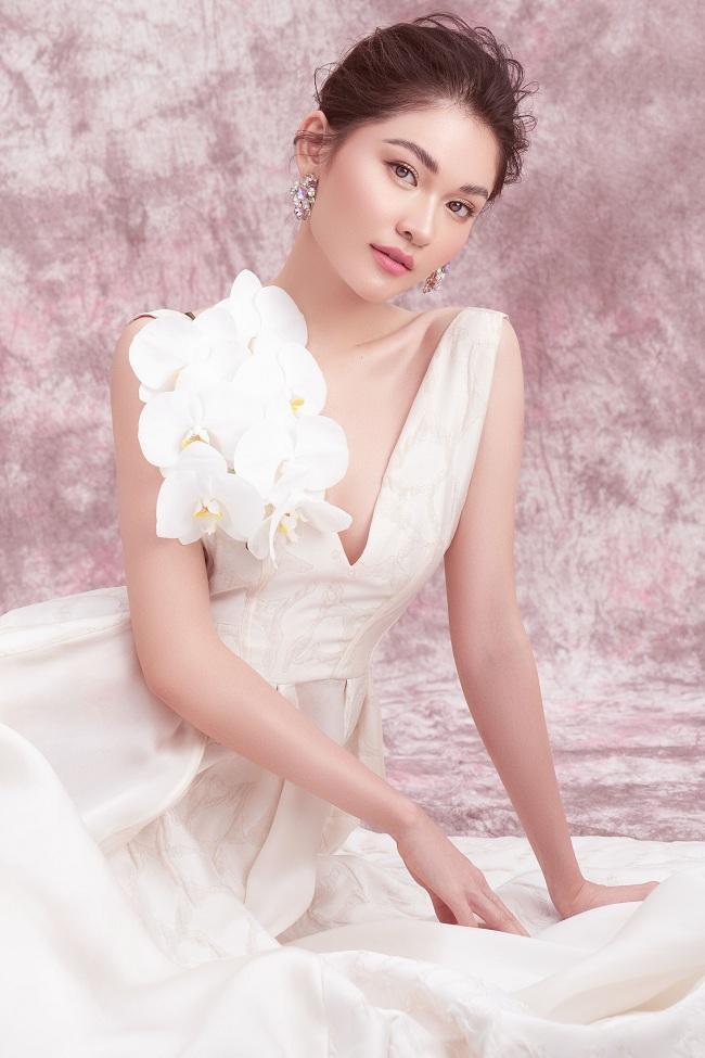 Thiết kế hoa trên phần ngực giúp nàng hậu khoe nước da trắng sứ nõn nà