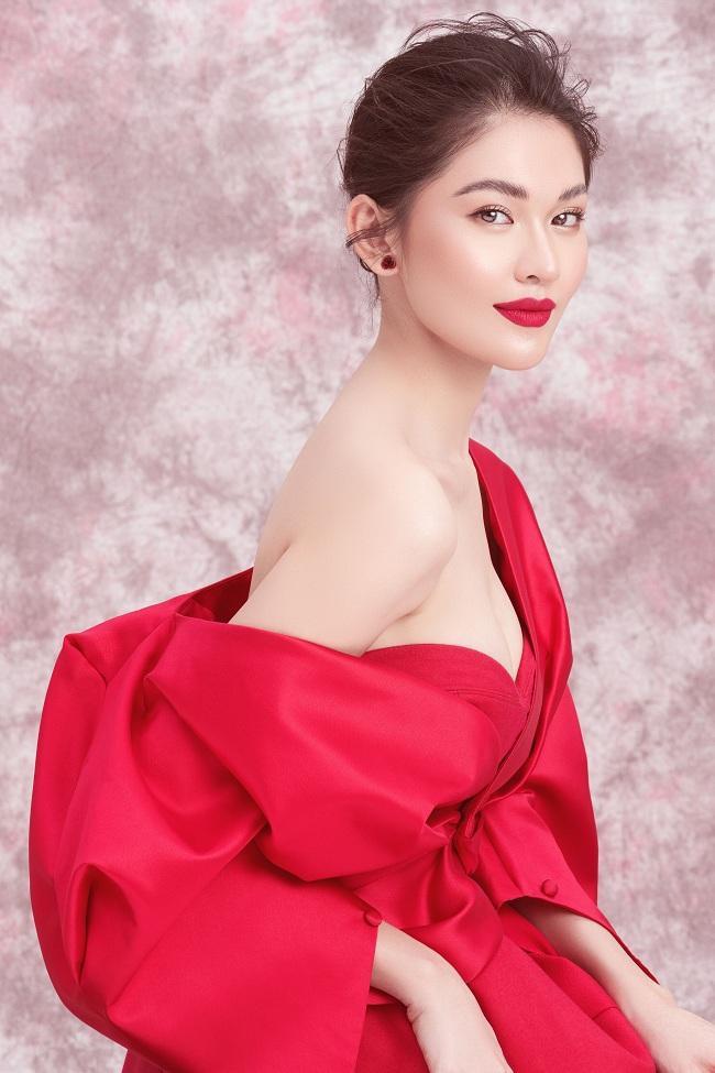 Tông makeup sắc sảo với gam đỏ nổi bật khiến cô thêm phần lộng lẫy