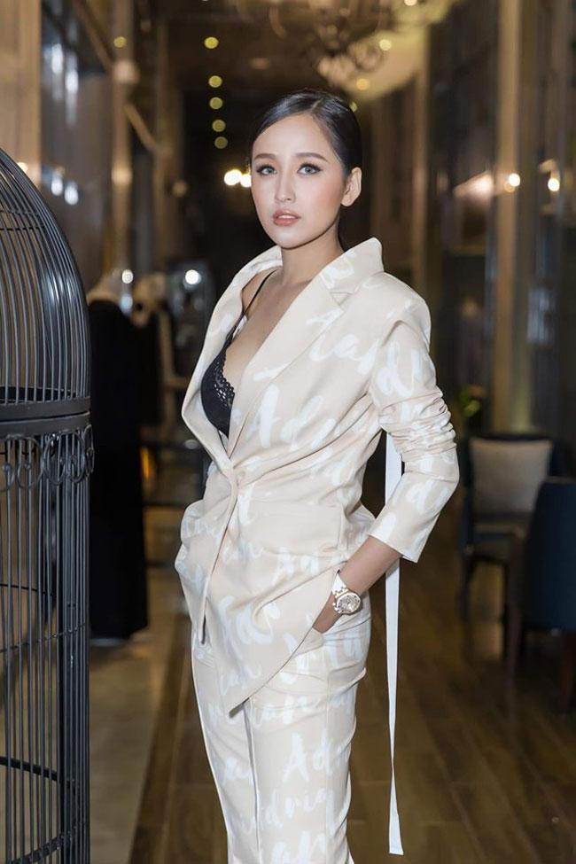 Ngoài ra, một bí quyết của Thúy khi diện vest chính là kiểu tóc. Cô thường chọn tóc đen, ít tạo kiểu để dễ phù hợp với nhiều set đồ.