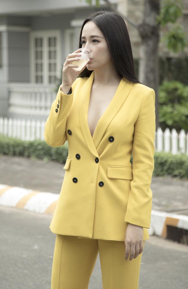 Với lợi thế vòng 1 căng đầy, người đẹp thường chọn cho mình những bộ vest trễ nải, khoe điểm mạnh cơ thể.