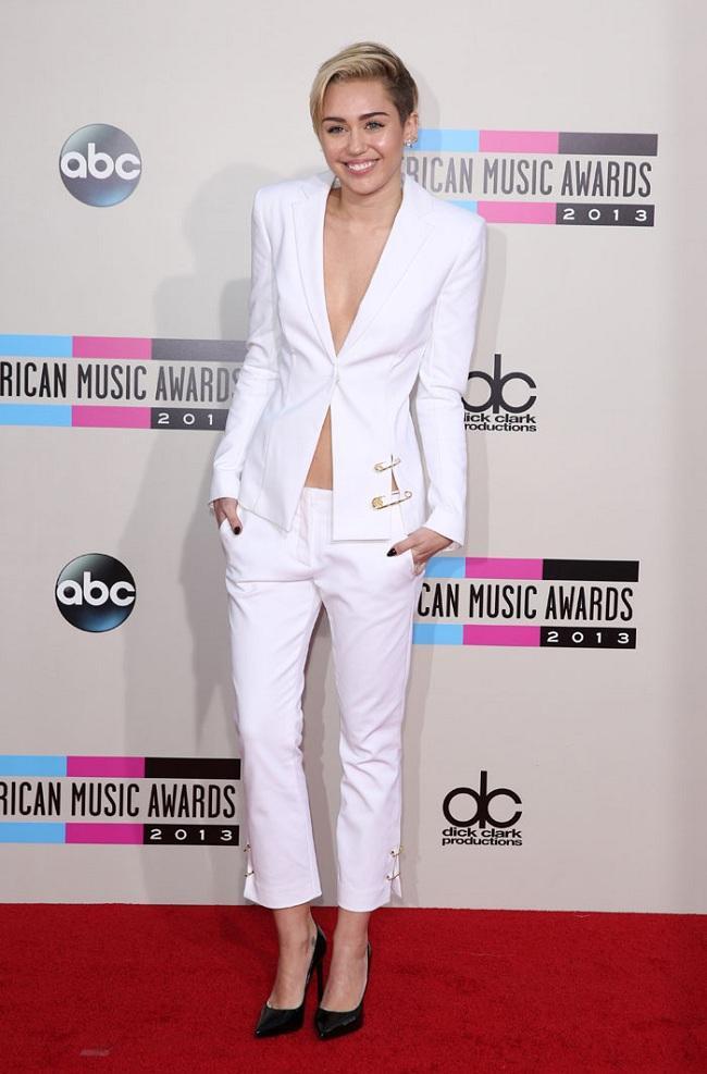 Miley Cyrus cũng tinh tế khi diện nguyên cây vest trắng hờ hững trên thảm đỏ cùng kiếu tóc tém cá tính