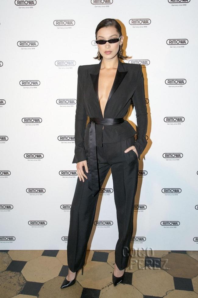 Chân dài đắt show Bella Hadid cá tính trong bộ suit đen cách tân thay vì cài nút thì cô chọn dây quấn ngang eo để lộ vòng 1 quyến rũ