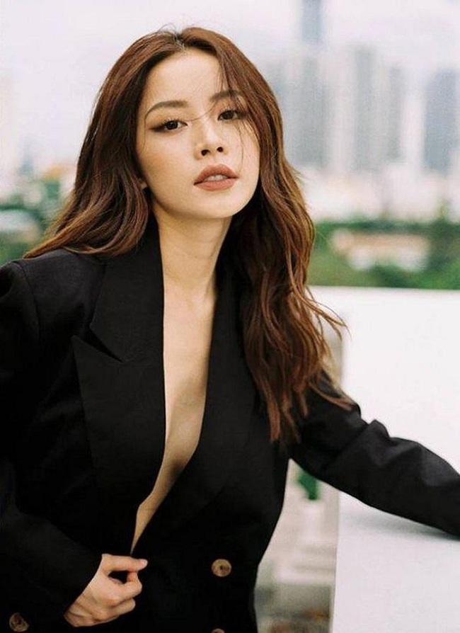 Cũng là người đẹp chuyển từ phong cách bánh bèo, nữ tính sang gợi cảm, nóng bỏng, Chi Pu nhanh chóng bắt kịp xu hướng này trong bộ vest đen gợi cảm khéo léo khoe được vòng một