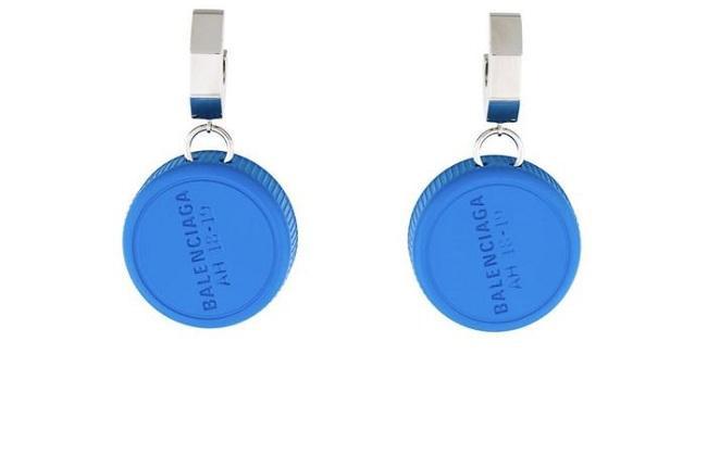 Kiểu bông tai làm từ nắp nhựa chai nước suối ta thường thấy của Balenciaga có giá 450$ (tầm 10,4 triệu đồng)