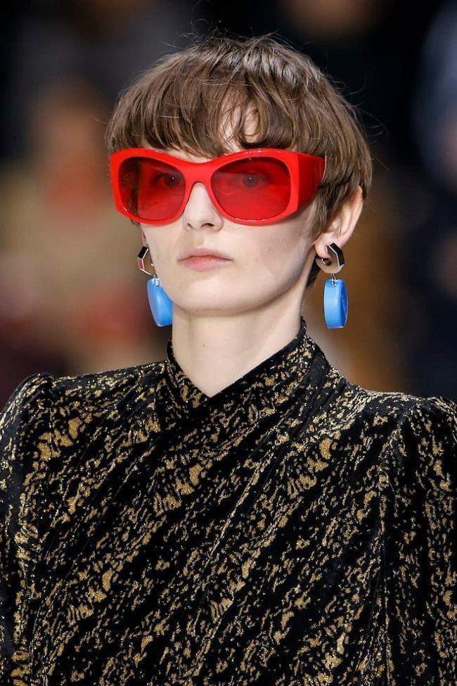 Người mẫu đeo khuyên tai lạ lùng của Balenciaga trên sàn runway. Ngược đời ở chỗ cái gì càng lạ, dân tình lại càng mua nó
