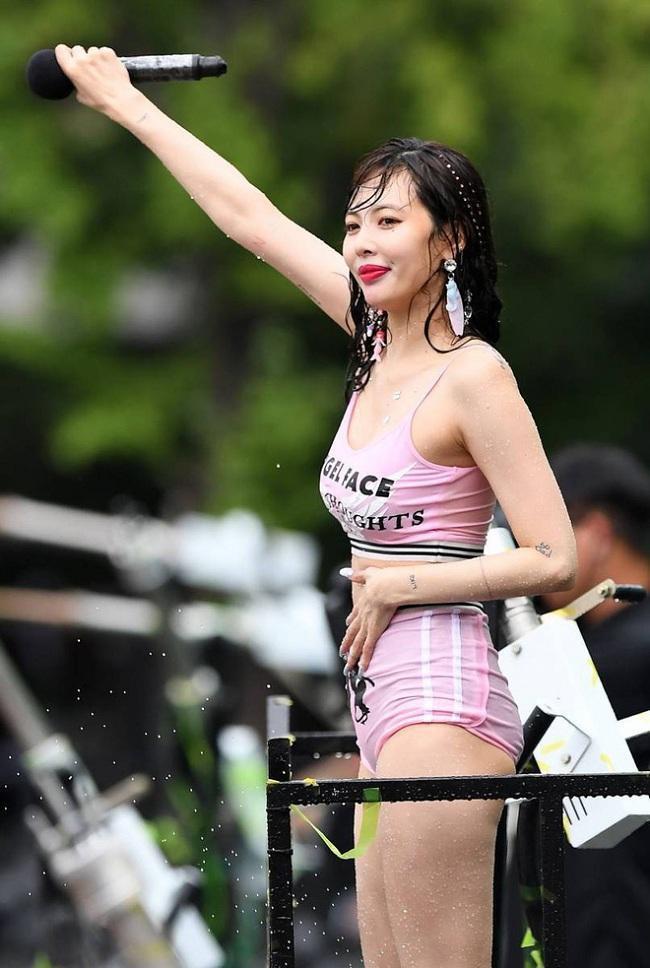 Trang phục thì kém sang, ướt nước bết dính vào người càng khiến cựu thành viên 4Minute trông kém sang cùng body chảy xệ