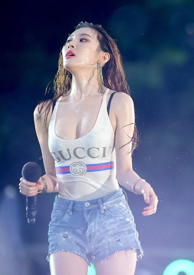 Cựu thành viên Wonder Girls Sunmi khoe trọn đường cong cơ thể cùng vòng một căng đầy tại lễ hội Waterbomb 2018 hồi năm ngoái
