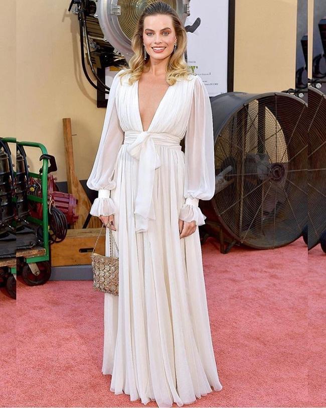 Tao nhã trong chiếc váy trắng của Chanel khoét sâu vòng một đã giúp người đẹp nước Úc trở thành tâm điểm trên thảm đỏ.