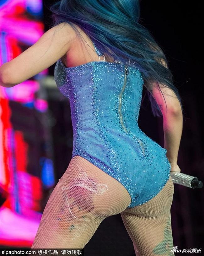 Vòng 3 quá hớp của nữ rapper phơi bày trước ống kính trong bộ đồ sát rạt cơ thể không một chút tinh tế nào.