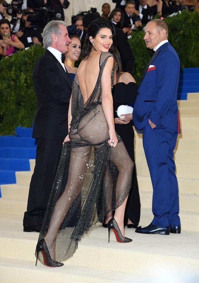 """Tại Met Gala 2017, Kendall Jenner đã khiến cánh mày râu """"mê mẩn"""" khi cô khoác trên mình chiếc váy lưới đính đá trong suốt, khoe khéo body nuột nà và tất nhiên chiếc quần lót dây dạng thongs màu đen cũng được thấy rõ mồn một"""