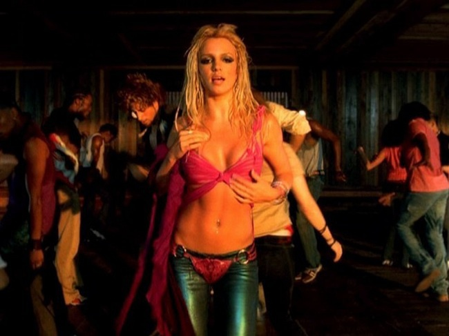 Những trang phục gợi cảm của Britney luôn được hàng triệu fan hâm mộ bắt chước rần rần vào thời lúc bấy giờ