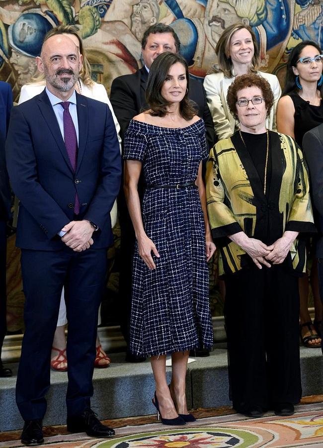 Hoàng hậu Letizia nhấn nhá chiếc váy bằng thắt lưng đen mảnh quanh eo tại sự kiện