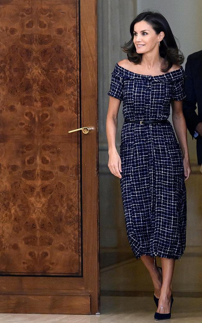Hoàng hậu Letizia thanh lịch, kiêu sa torng chiếc váy navy vải tweed đến từ thương hiệu bình dân Zara