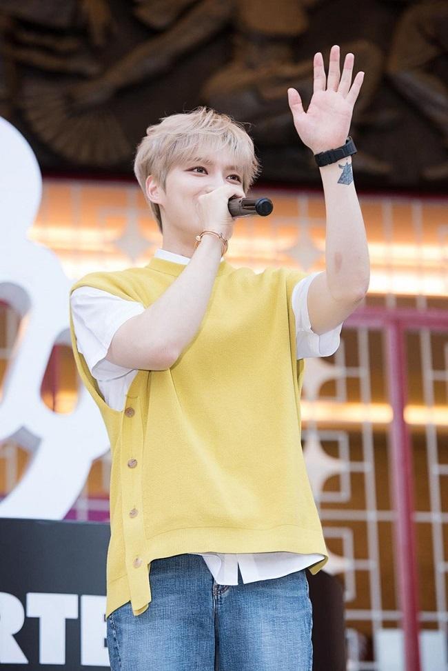 Giao lưu với fans hâm mộ , Jae Joong chọn áo thun trắng mix ngoài áo cộc tay màu cam vàng pastel mix cùng quần jeans. Có thể nói chàng ca sĩ rất thích mặc quần jeans trong hầu hết các trang phục của mình tại Việt Nam