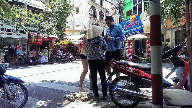 Việc chèo kéo khách du lịch mua hàng bị nghiêm cấm.