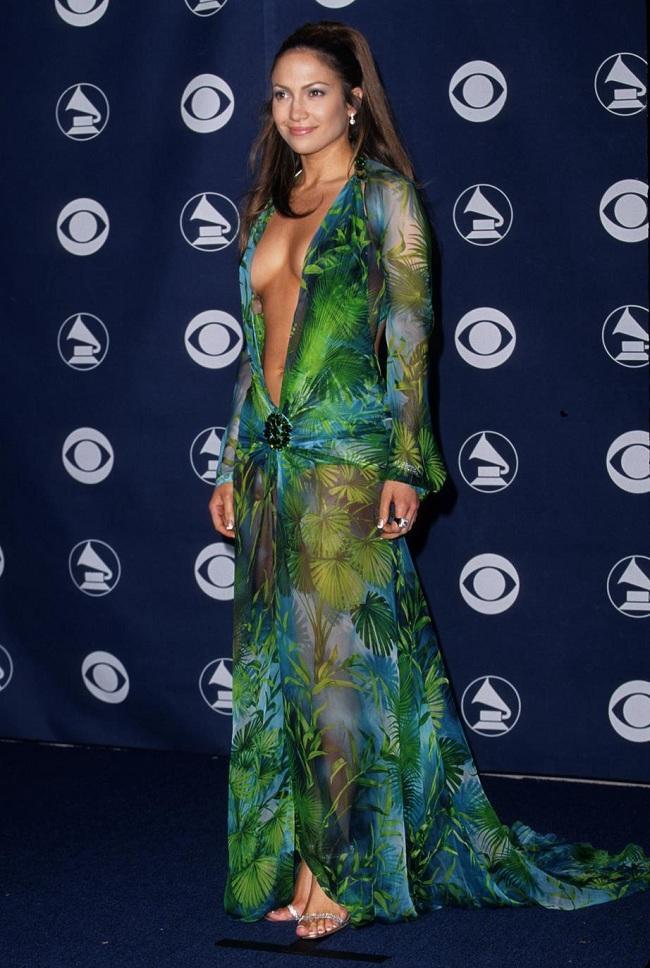 Jennifer Lopez diện chiếc váy Versace xẻ sâu táo bạo này đã đi vào lịch sử thời trang vào đầu thế kỷ 21