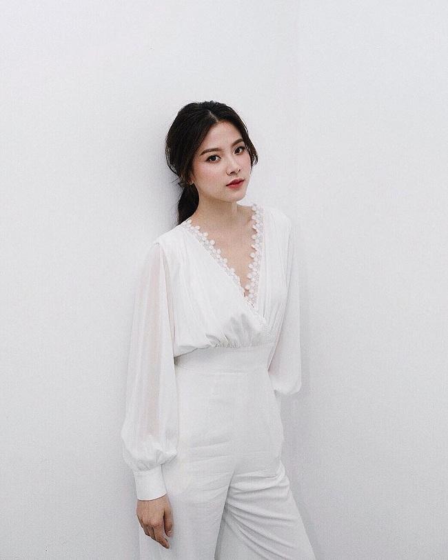 Có thể nói, theo dõi trên trang cá nhân của người đẹp. Màu trắng là màu mà người đẹp xứ chùa vàng gần như mặc quanh năm bất kể dịp nào