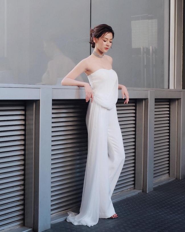 Nước da trắng hồng với những bộ cánh màu trắng và phụ kiện cùng tông luôn khiến cô đẹp hơn bao giờ hết mỗi khi xuất hiện bất cứ đâu