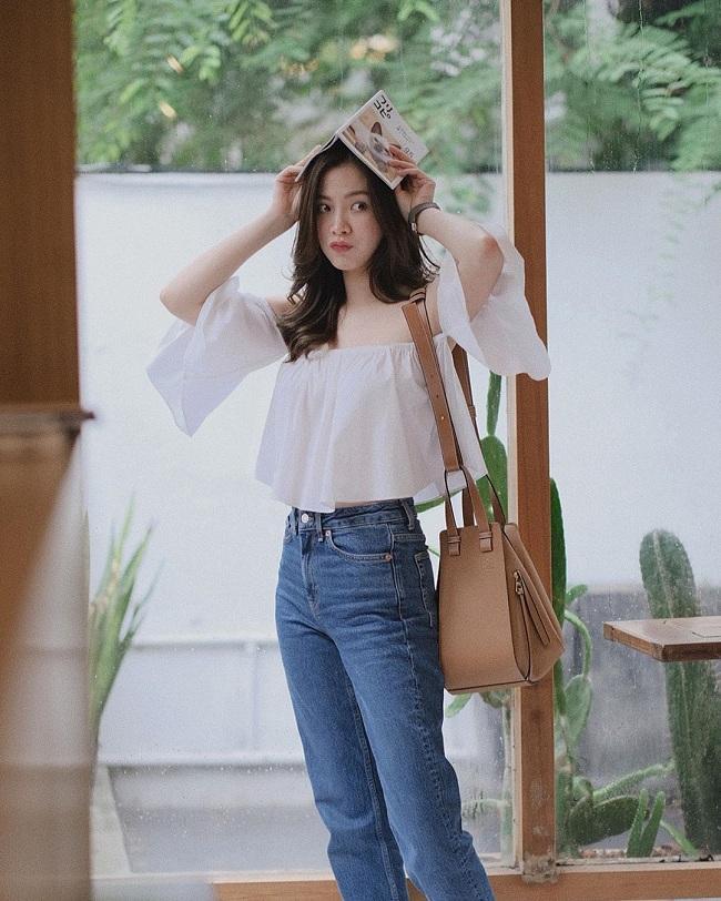 Diễn viên 27 tuổi trẻ trung trong set đồ đơn giản mặc hàng ngày với áo trắng mỏng dáng croptop mix cùng quần jeans và túi xách màu be