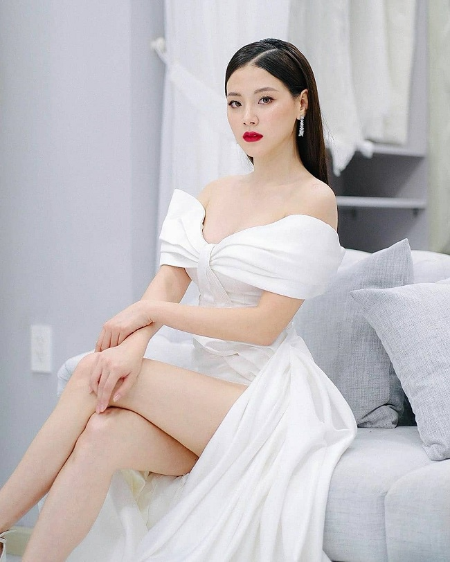Trong sự kiện khi Baifern tham gia ở Việt Nam, cô khiến cả hàng trăm fan hâm mộ Việt xuýt xoa trong bộ váy trắng cắt xẻ chân cùng thiết kế đầm trễ vai hở vòng một đầy đặn vô cùng quyến rũ