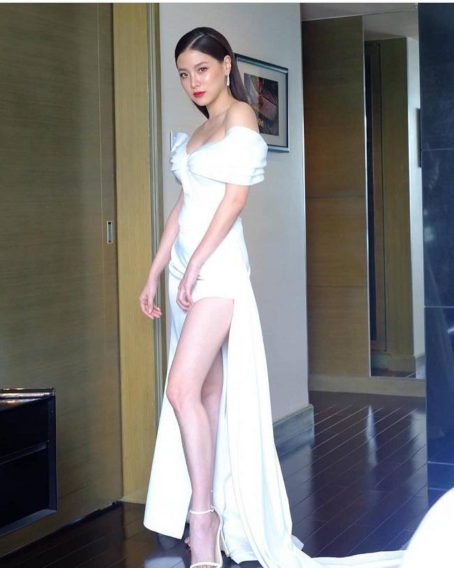 Tông makeup và style tóc vô cùng phù hợp với chiếc váy dạ hội đầy gợi cảm mà người đẹp sinh năm 1992 khoác trên người