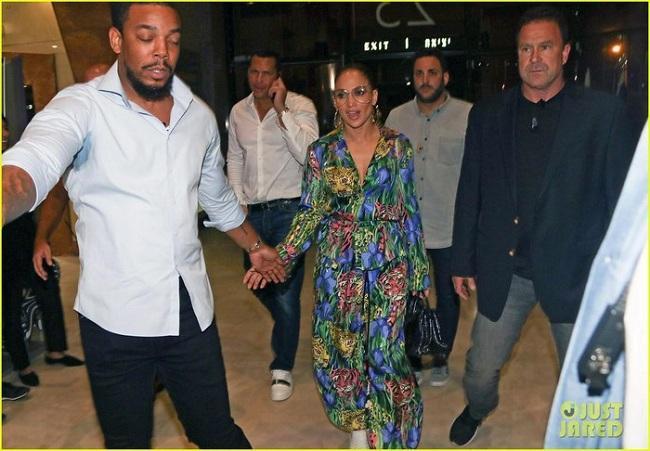 Jennifer Lopez xinh đẹp khi đi ăn tối cùng vị hôn phu khi có mặt ở Tel Aviv, Israel vừa qua.