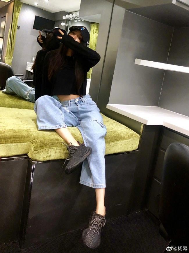 Nữ diễn viên tài năng Cbiz lên đồ với áo croptop đen mix cùng quần jeans lửng cùng vòng eo đáng ngưỡng mộ