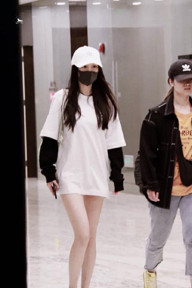 Dương Mịch luôn biết lợi thế hình thể của mình là vòng eo thon gọn và đôi chân thon dài thế nên cô rất chăm diện các style như thế này
